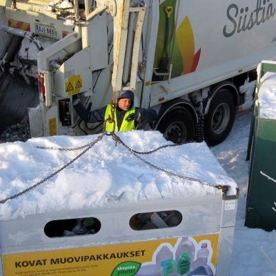 Muovipakkausten keräysastiaa tyhjennetään Kuopiossa.