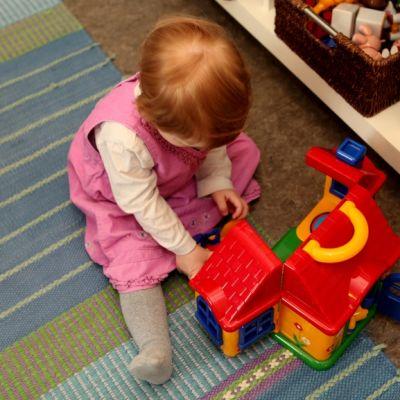 Lapsi leikkii päiväkodissa.