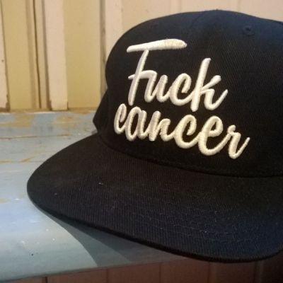 Lippis, jossa lukee Fuck Cancer.