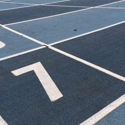 Juoksurataa urheilukentällä.