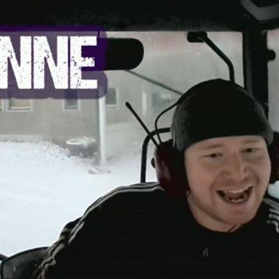Janne Pietikäinen laulaa Leila K:n kappaletta traktorissa. Kuvakaappaus on Kuningas Matti ja ysäristit -dokumentin nettivideosta.