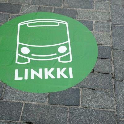 Linkki-logo kadulla.