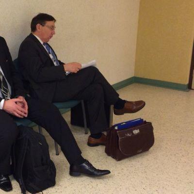 Kaksi miestä istuu tuoleilla Satakunnan käräjäoikeudessa.