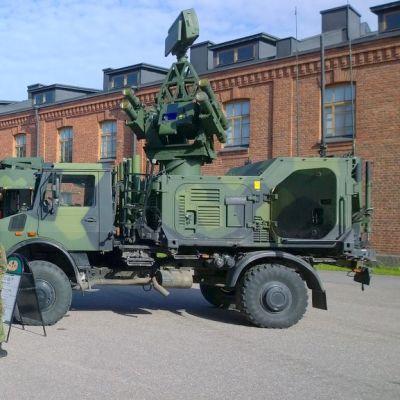 Puolustusvoimien ajoneuvoja rakuunamäellä