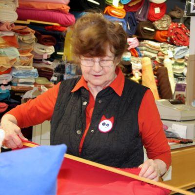 Vappu Ihalainen työskentelee yrittäjänä kangaskauppa Kagas-Kulmassa.