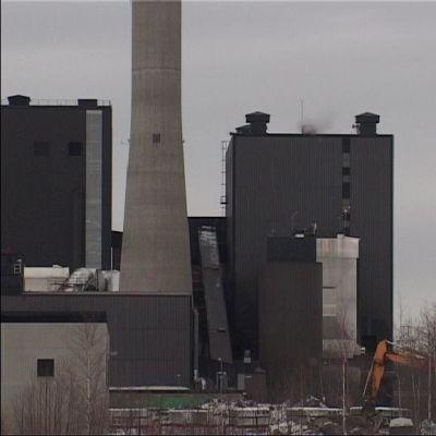Oululaisille tuotetaan kaukolämpöä ja sähköä Toppilan turvevoimalassa.