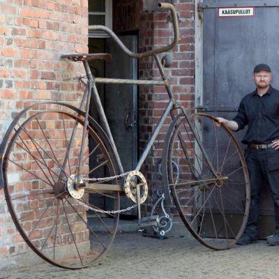 Mikko Nousiainen ja hänen kollegansa Sami Hyvärinen rakensivat yli kaksimetrisen polkupyörän