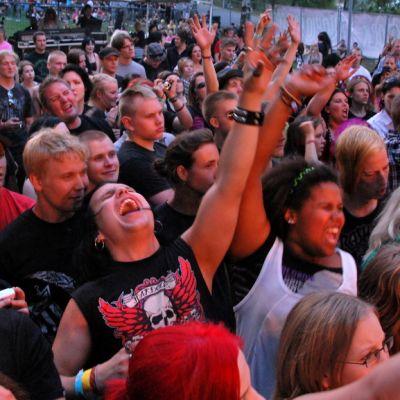 Yleisö nautti musiikista Väinölänniemellä.