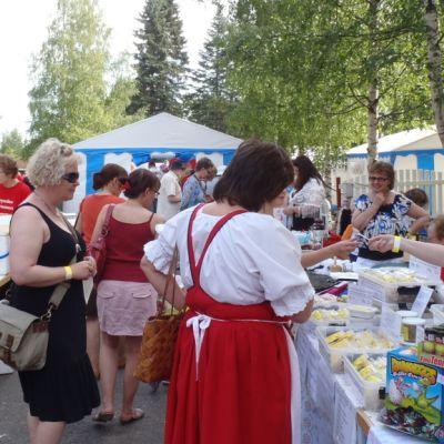 Yleisöä vuoden 2012 Kihaus Folkissa