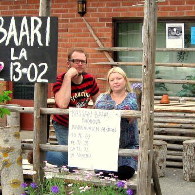 Kassan baarin osuuskunnan jäsenet Janne Hongisto ja Mia Rouvinen seisovat terassilla