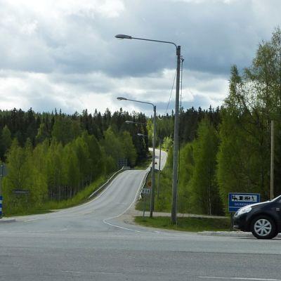 Auto ajaa Saukkovaaran risteyksen ohi Ristijärvellä.