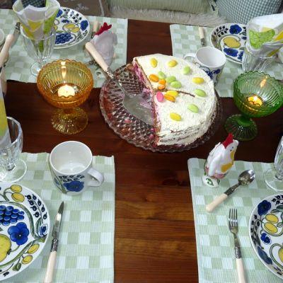 Pääsiäiseen katettu pöytä.