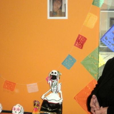 Kulttuurijohtaja Minna Sartes kiinnitti tauluun äitinsä muistoa vaalivan kuvan.