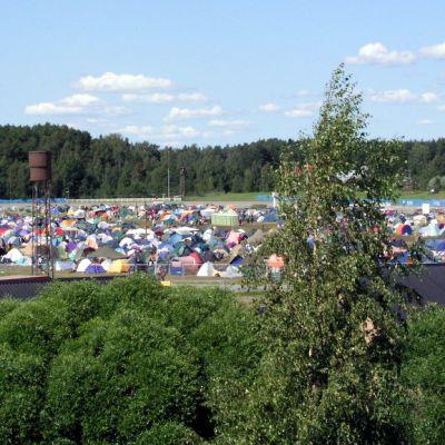 Telttoja Ilosaarirockin teltta-alueella.