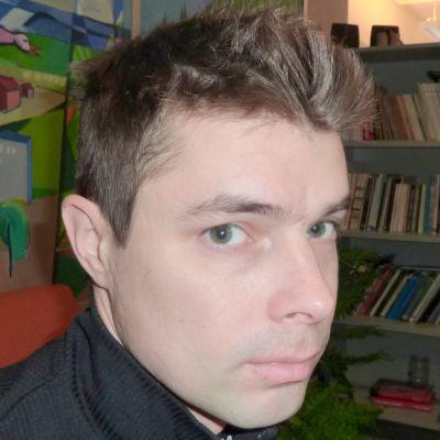 Uransa lopettanut mäkihyppääjä Matti Hautamäki mietteliään näköisenä.