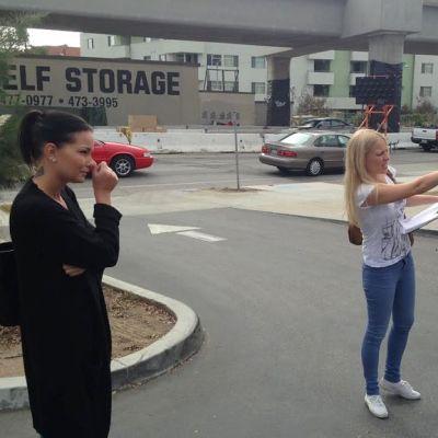 Ohjaaja Kati Kanerva tosi-tv-sarjan kuvauksissa