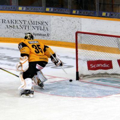 SaiPan maalivahti Frans Tuohimaa ja hyökkääjä Saku Salminen.