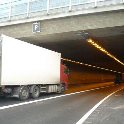 Raskasta liikennettä Hämeenlinnan moottoritietunnelissa kolmostiellä