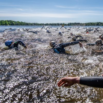 Uimareita triathlonkilpailussa