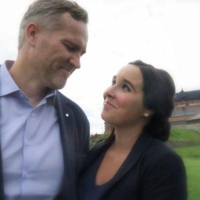 Ville Puotila ja Benita Kallio Hämeen linnan edustalla