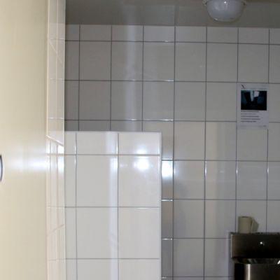 Suihkutilan nurkassa on kamera valvomassa