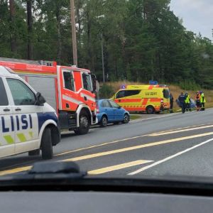 Trafikolycka i Ingå, polis och brandkår på plats.