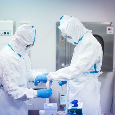 Noguchin-laboratorion työntekijät valmistautuivat tutukimaan ebola-näytteitä Ghanan yliopistossa 8. huhtikuuta. Laboratorioon on tuotu tutkittavaksi noin 140 näytettä.