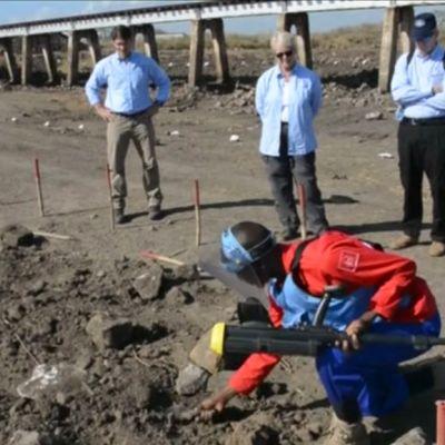 Viimeistä miinaa raivataan Mosambikissa.
