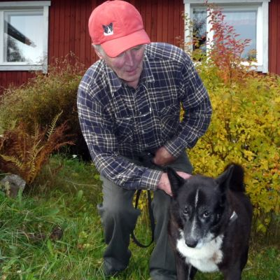 Hirvikoira Vilma ja isäntä Väinö Niiranen.
