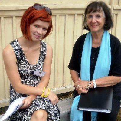 Näyttelijä Heidi Krohn luki yleisölle Volter Kilven tekstin Merimiehen leski. Vieressä Kilpi Kustavissa -viikon koordinaattori Salla Laiho.