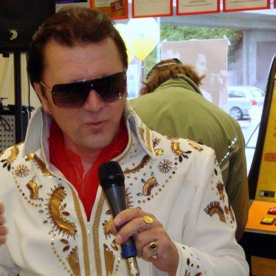 """""""Elvis"""" esiintyy kioskissa."""