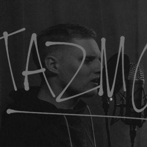 """mustavalkoisessa kuvassa nuori mies laulaa mikkiin, kuvan päällä artistin nimi """"Tazmo"""""""