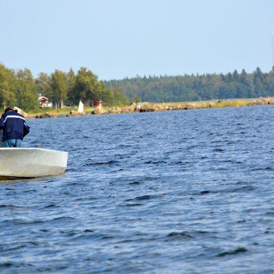 Kuvassa mies, joka on veneellä merellä.