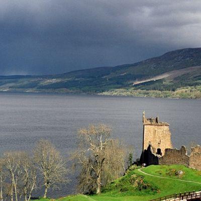 Loch Nessin rantaa, edessä linnan rauniot.
