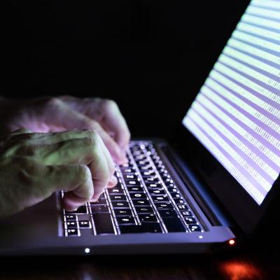 Händer som skriver på en dator.