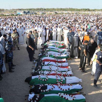 Moskeijassa itsemurhaiskussa kuolleiden hautajaiset.