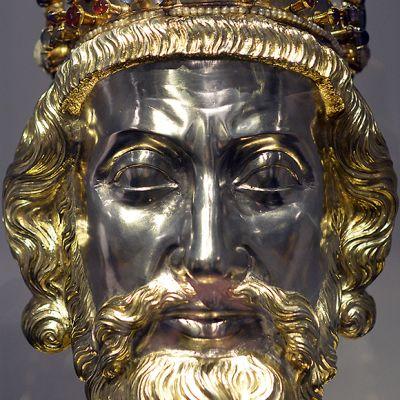 Kullattu ja koristeltu rintakuva Kaarle Suuresta.