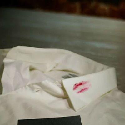 Huulipunan tahrima paita ja käyntikortti.