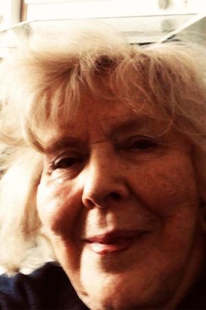 Pianisti Meri Louhos karanteenissa kotonaan keväällä 2020.