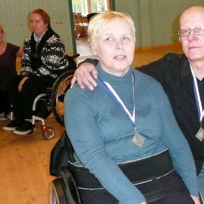 Teija Kustula ja Pekka Laine hopeamitalit kaulassa.