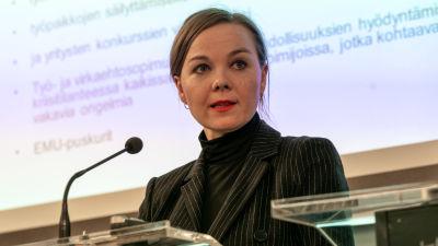 Finansminister Katri Kulmuni på regeringens presskonferens.