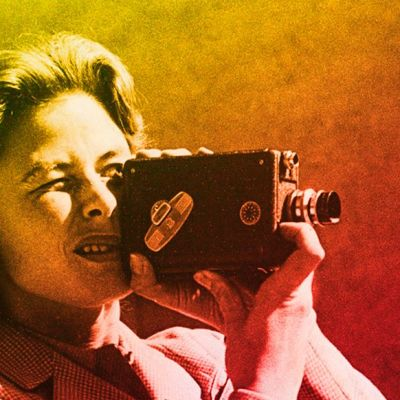 Ingrid Bergman kuvaa kaitafilmikameralla.