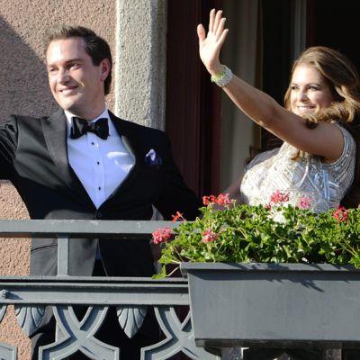 Ruotsin prinsessa Madeleine ja hänen puolisonsa Christopher O'Neill vilkuttivat Grand Hotelin parvekkeelta Tukholmassa kesäkuussa 2013.
