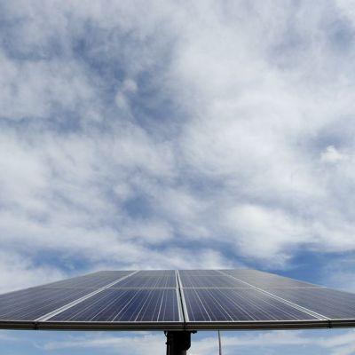 Kuvan aurinkopaneelit sijaitsevat yksityisasunnon pihalla Greensburgissa, Kansasin osavaltiossa.
