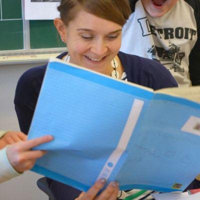 Katja Järvinen oppilaidensa ympäröimänä.