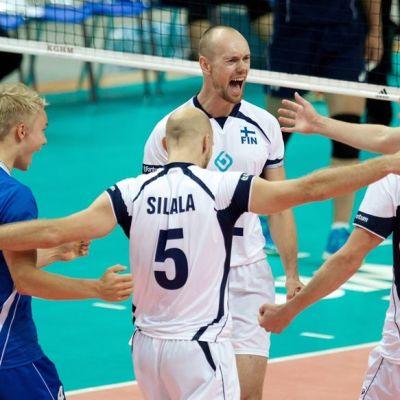 Suomen lentopallomaajoukkueen pelaajat juhlivat