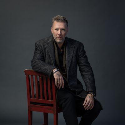Mikael Persbrandt poserar för en bokpärm.
