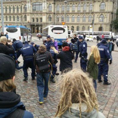 Anarkister och poliser tar ihop i Helsingfors centrum under strejken den 23.9.2014.