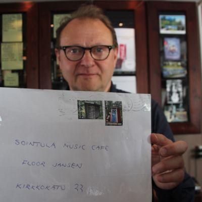Ravintoloitsija Jaakko Latola esittelee mystistä kirjettä.