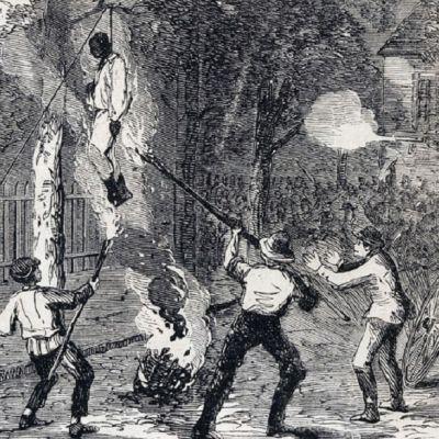 Piirreety kuva hirtetystä mustasta miehestä ja hänen ruumistaan tuleen sytyttävistä valkoisista miehistä.